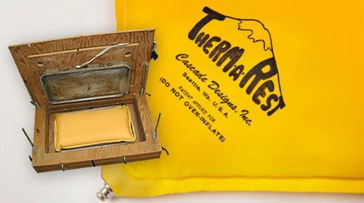 Die erste Presse und der erste Prototyp der Therm-a-Rest Isomatte.